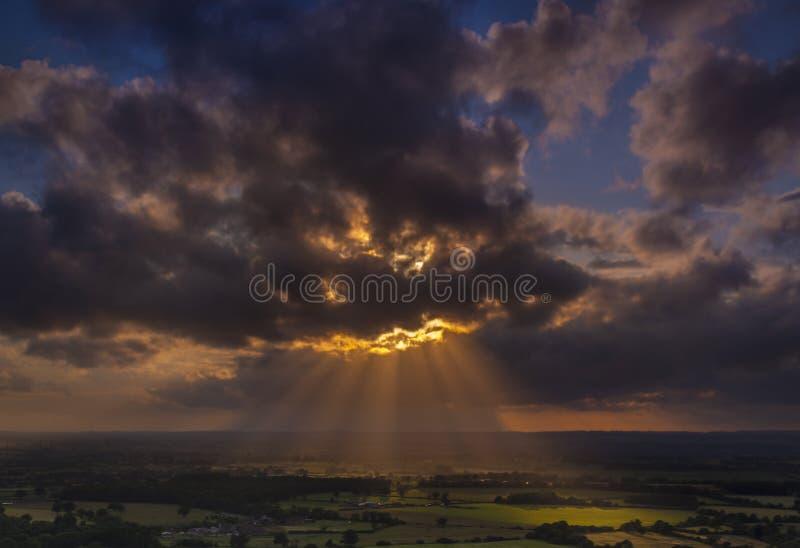 Οι του λυκόφωτος ακτίνες του φωτός του ήλιου λάμπουν επάνω στους τομείς στο Dorset στοκ φωτογραφία με δικαίωμα ελεύθερης χρήσης