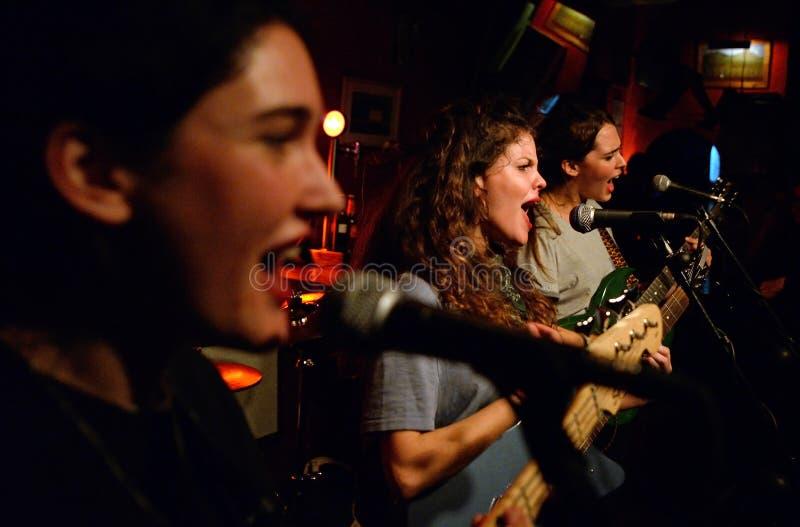 Οι τραγουδιστές Hinds (ζώνη γνωστή επίσης ως Deers) αποδίδουν στη λέσχη Heliogabal στοκ εικόνα με δικαίωμα ελεύθερης χρήσης