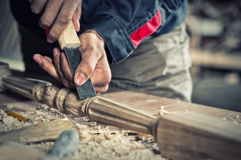 οι τραχιές στρογγυλές διαδρομές κούτσουρων εφαρμογής ξυλουργών λειτουργούν στοκ φωτογραφία
