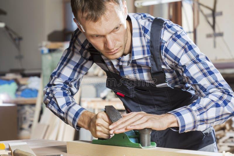 οι τραχιές στρογγυλές διαδρομές κούτσουρων εφαρμογής ξυλουργών λειτουργούν στοκ φωτογραφίες με δικαίωμα ελεύθερης χρήσης