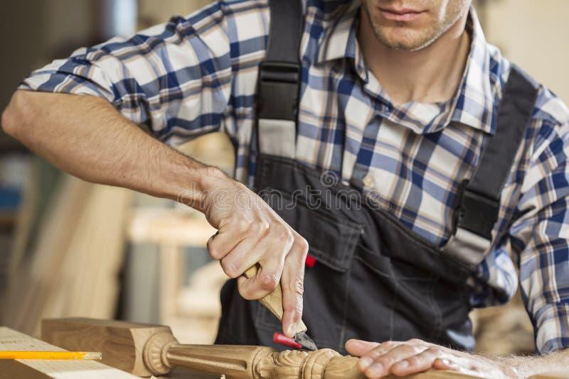 οι τραχιές στρογγυλές διαδρομές κούτσουρων εφαρμογής ξυλουργών λειτουργούν στοκ εικόνες