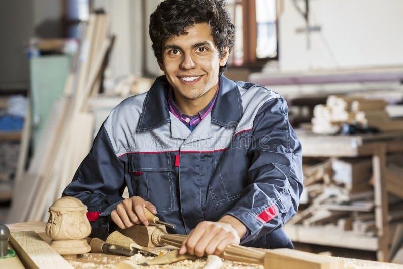 οι τραχιές στρογγυλές διαδρομές κούτσουρων εφαρμογής ξυλουργών λειτουργούν στοκ φωτογραφία με δικαίωμα ελεύθερης χρήσης