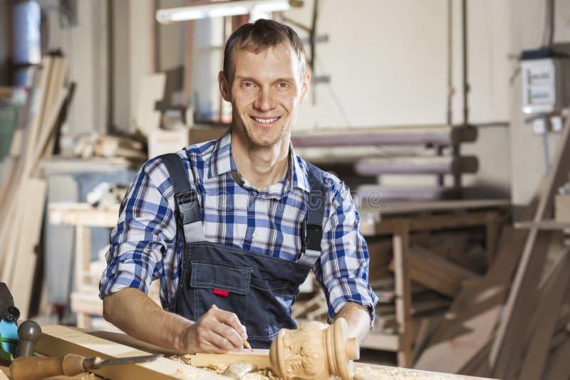 οι τραχιές στρογγυλές διαδρομές κούτσουρων εφαρμογής ξυλουργών λειτουργούν στοκ εικόνες με δικαίωμα ελεύθερης χρήσης