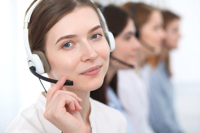 οι τρισδιάστατες εικόνες τηλεφωνικών κέντρων ανασκόπησης απομόνωσαν το λευκό Όμορφοι εύθυμοι χαμογελώντας συμβουλευτικοί πελάτες  στοκ φωτογραφία με δικαίωμα ελεύθερης χρήσης