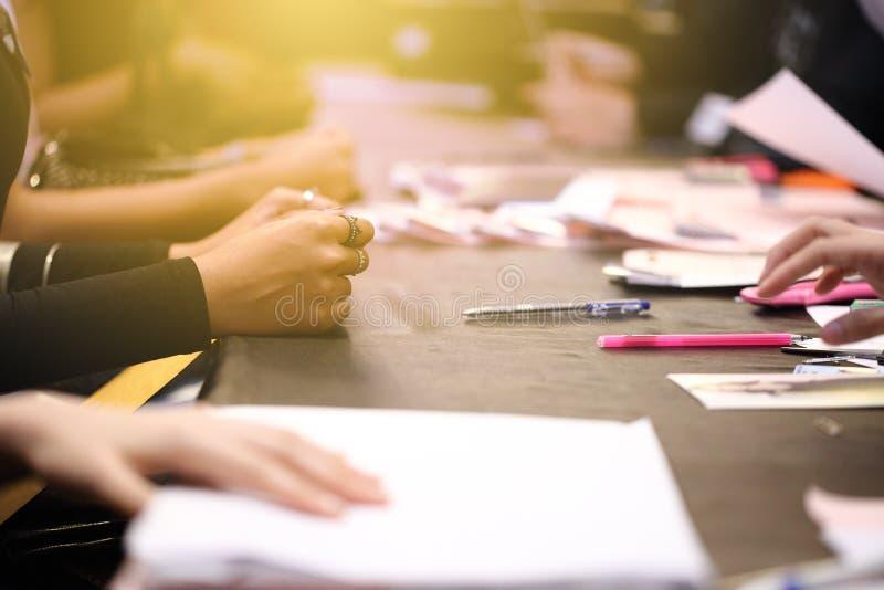 Οι τύποι γραφείων υπαλλήλων κάνουν τις ερωτήσεις μιας εργασίας συνέντευξης ή απάντησης στοκ εικόνες