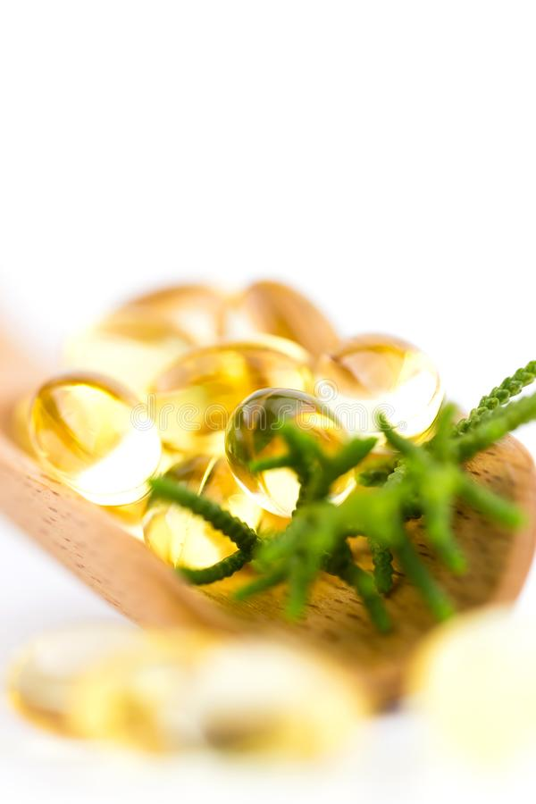 Οι υγιείς βιταμίνες, Omega 3, που απομονώνεται, έχουν ένα άσπρο υπόβαθρο διάστημα αντιγράφων στοκ εικόνα με δικαίωμα ελεύθερης χρήσης