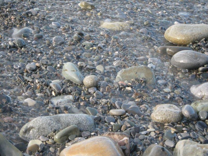 Οι υγρές πέτρες αστράφτουν στον ήλιο στοκ εικόνα με δικαίωμα ελεύθερης χρήσης