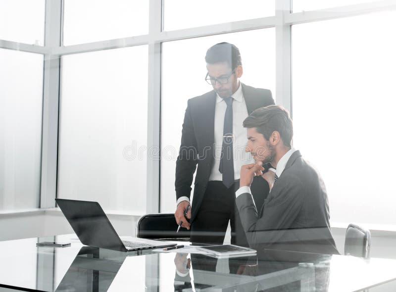 Οι υπάλληλοι συζητούν τα ζητήματα εργασίας στοκ εικόνες