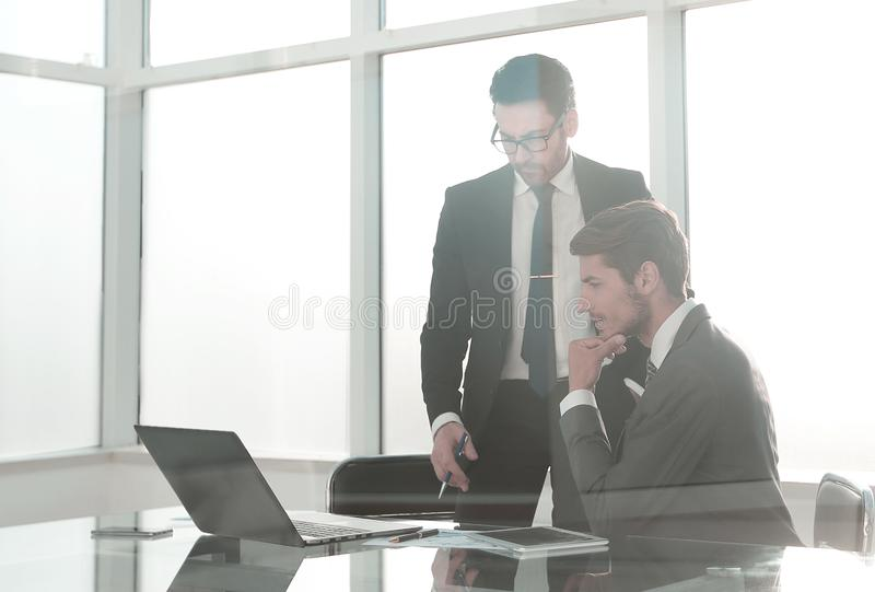 Οι υπάλληλοι συζητούν τα ζητήματα εργασίας στοκ φωτογραφία με δικαίωμα ελεύθερης χρήσης