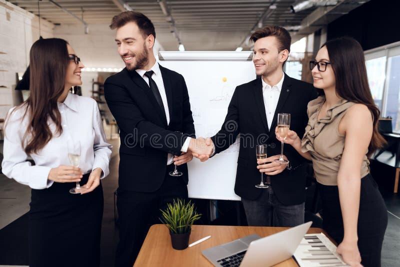 Οι υπάλληλοι της επιχείρησης πίνουν τα οινοπνευματώδη ποτά μετά από μια επιχειρησιακή συνεδρίαση στοκ φωτογραφία
