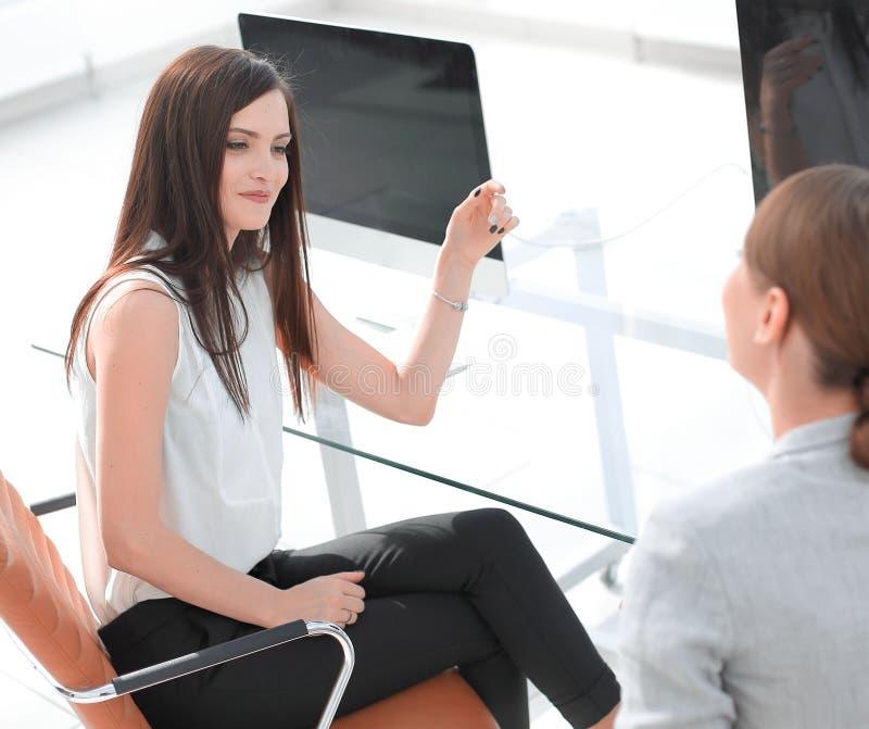 Οι υπάλληλοι της επιχείρησης συζητούν τα ζητήματα εργασίας στον υπολογιστή γραφείου στοκ φωτογραφία με δικαίωμα ελεύθερης χρήσης