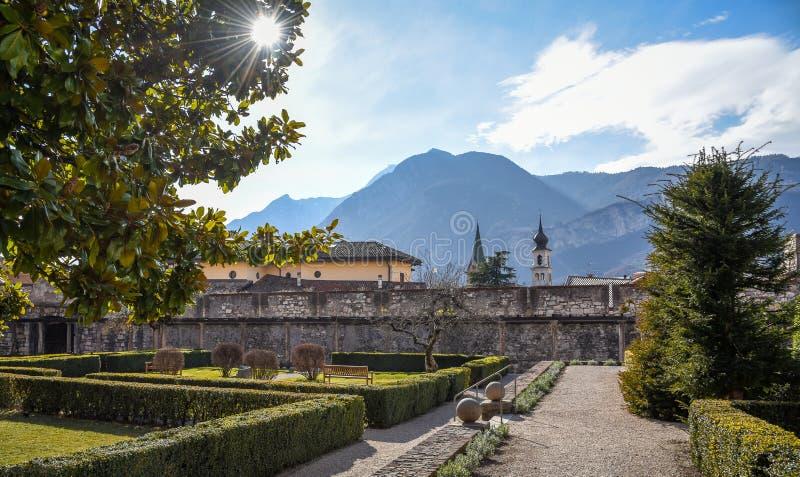 Οι υπαίθριοι κήποι του μεγαλοπρεπούς Castle Buonconsiglio στην καρδιά της πόλης των πύργων Trento σε Trentino Alto Adige, Ital στοκ εικόνα