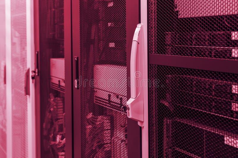 Οι υπολογιστές κεντρικών υπολογιστών, διακόπτες, δρομολογητές, καλώδια κάτω από την κλειδαριά και το βασικό κόκκινο προειδοποίηση στοκ φωτογραφία με δικαίωμα ελεύθερης χρήσης