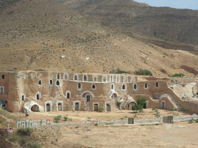 Οι υπόγειες σπηλιές τρωγλοδυτών του Berbers στη Σαχάρα εγκαταλείπουν, Matmata, Τυνησία, Αφρική, μια σαφή ημέρα στοκ εικόνες