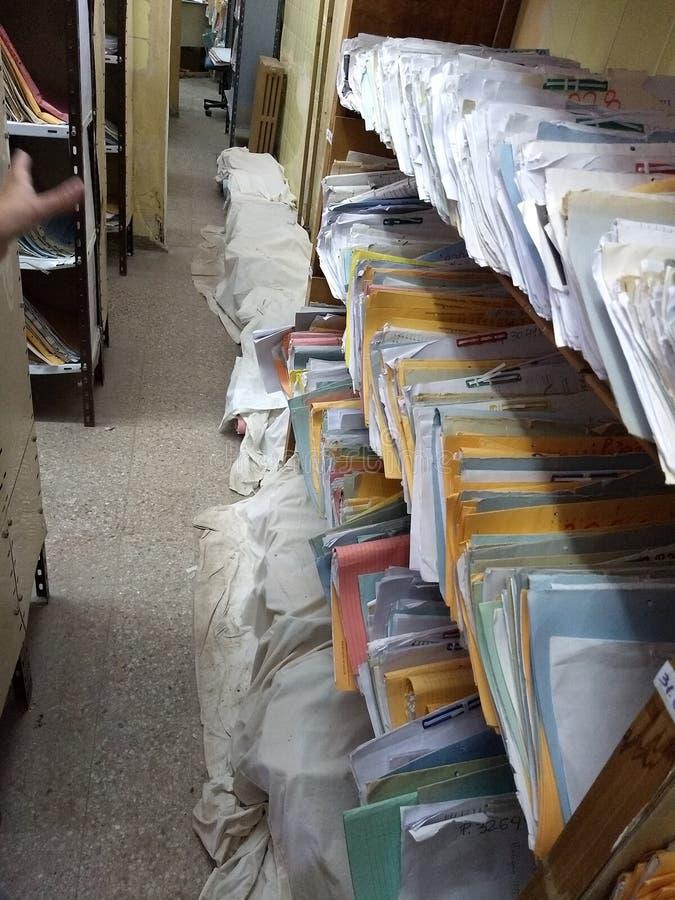 Οι φάκελλοι δημόσια διαχείρισης ξεχείλισαν καταρρεσμένος στοκ φωτογραφίες