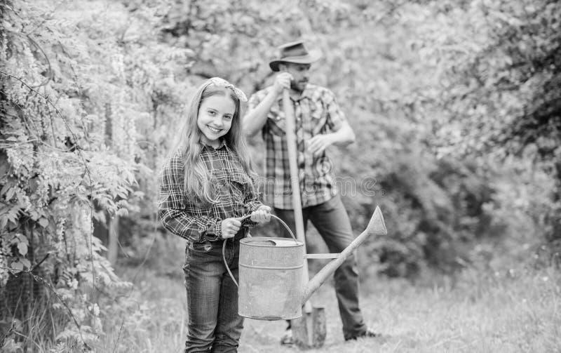 Οι φάσεις βοήθειας φεγγαριών καθορίζουν τον καλύτερο κήπο χρονικών εγκαταστάσεων Φύτευση των λουλουδιών Οικογενειακοί μπαμπάς και στοκ φωτογραφίες με δικαίωμα ελεύθερης χρήσης