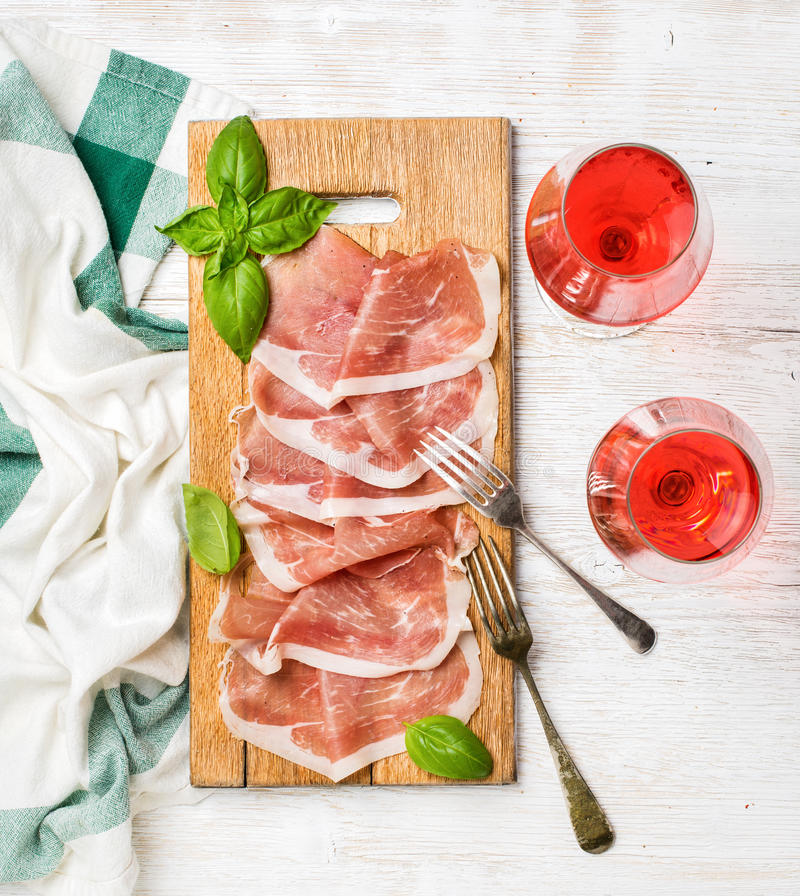 Οι φέτες ζαμπόν Di Πάρμα Prosciutto και αυξήθηκαν γυαλιά κρασιού στοκ φωτογραφίες με δικαίωμα ελεύθερης χρήσης