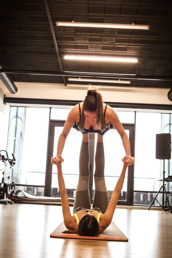 Οι φίλοι είναι πρόθυμα για την άσκηση ισορροπίας στοκ εικόνα