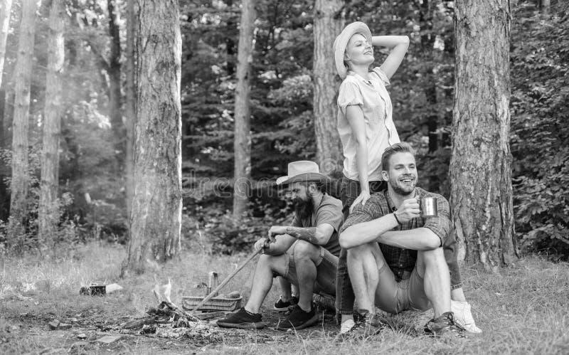 Οι φίλοι επιχείρησης απολαμβάνουν μαζί forest Company το σημαντικότερο πράγμα οργανώνοντας τις διακοπές Τρομερή πεζοπορία και στοκ φωτογραφία με δικαίωμα ελεύθερης χρήσης