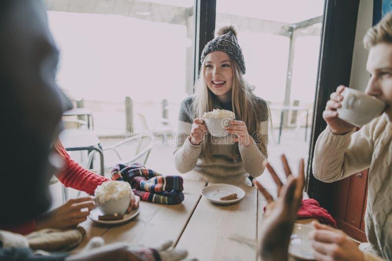 Οι φίλοι κοινωνικοποιούν στο χειμερινό καφέ στοκ φωτογραφία με δικαίωμα ελεύθερης χρήσης