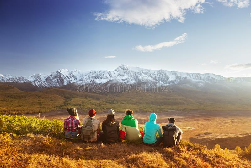 Οι φίλοι ομαδοποιούν την έννοια ταξιδιού βουνών στοκ εικόνες με δικαίωμα ελεύθερης χρήσης