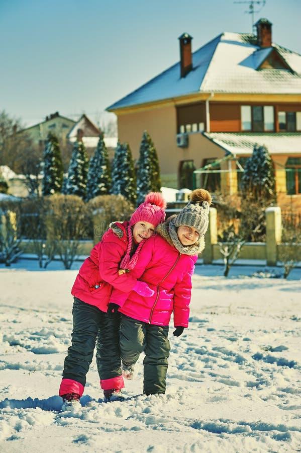 Οι φίλοι παιδιών σε έναν χειμώνα περπατούν στοκ εικόνες