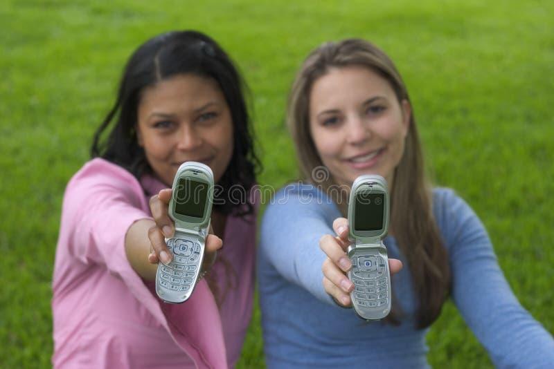 οι φίλοι τηλεφωνούν στοκ εικόνα