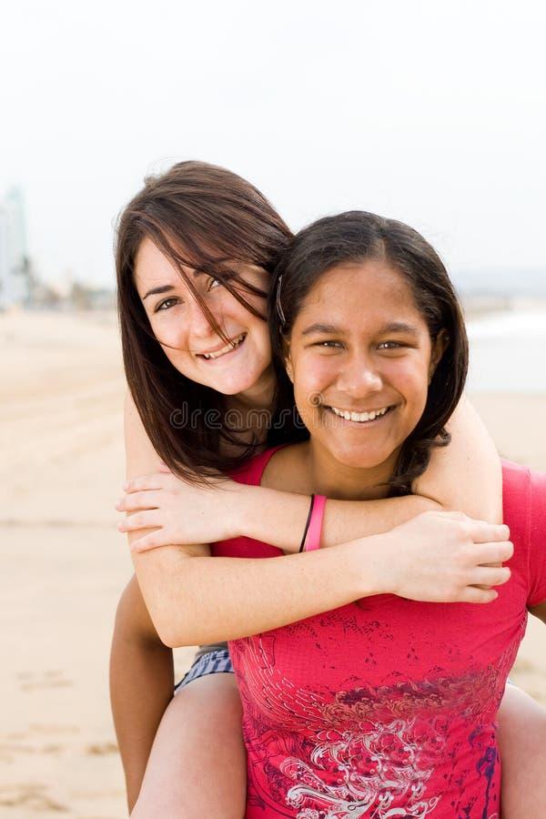οι φίλοι piggyback στοκ φωτογραφίες με δικαίωμα ελεύθερης χρήσης