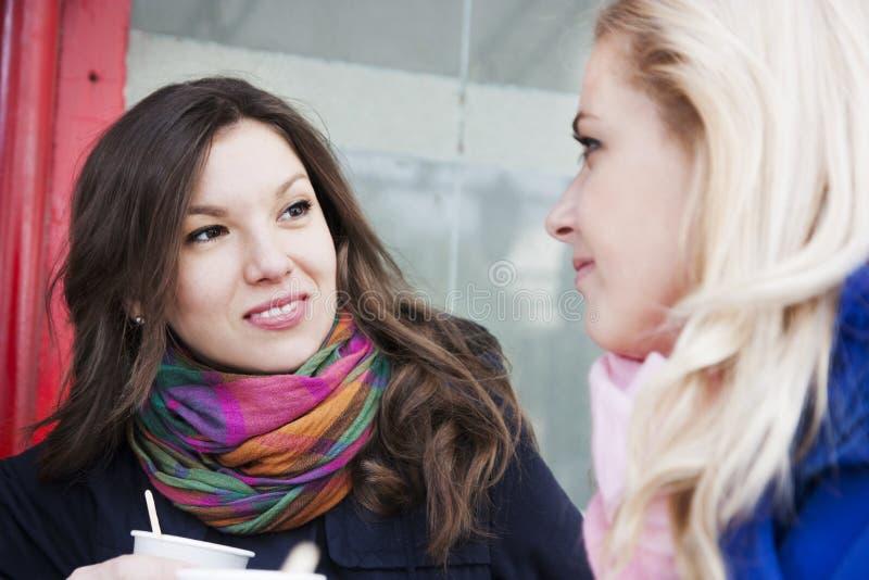 Οι φίλες κουτσομπολεύουν και καφές στοκ φωτογραφία με δικαίωμα ελεύθερης χρήσης