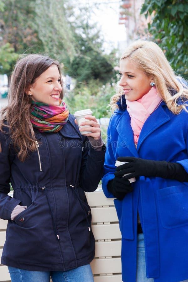 Οι φίλες κουτσομπολεύουν και καφές στοκ εικόνα