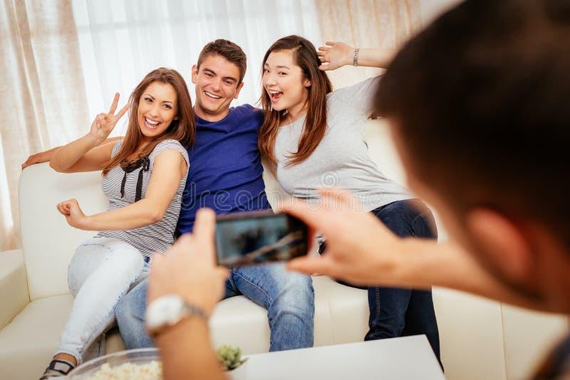 Οι φίλοι έχουν μια διασκέδαση στοκ εικόνα με δικαίωμα ελεύθερης χρήσης
