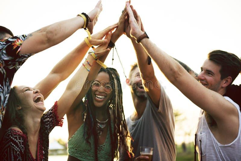 Οι φίλοι δίνουν μαζί την ενότητα στο γεγονός φεστιβάλ στοκ εικόνα