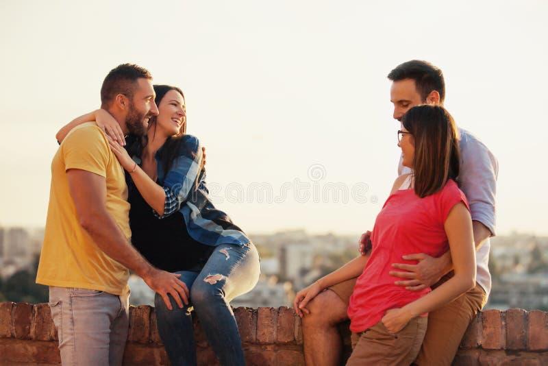 Οι φίλοι απολαμβάνουν έξω στοκ εικόνα με δικαίωμα ελεύθερης χρήσης