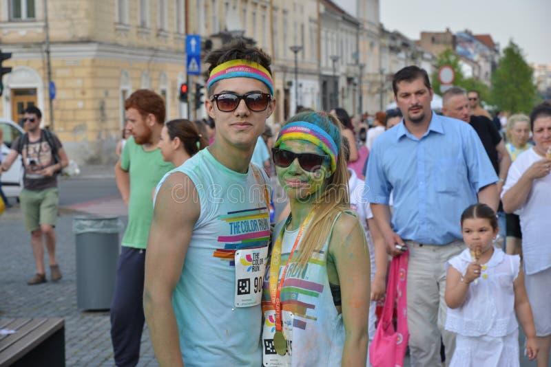 Οι φίλοι που θέτουν σε Cluj-Napoca, Ρουμανία, στις 13 Ιουνίου 2015 κατά τη διάρκεια του χρώματος τρέχουν το γεγονός στοκ φωτογραφία με δικαίωμα ελεύθερης χρήσης