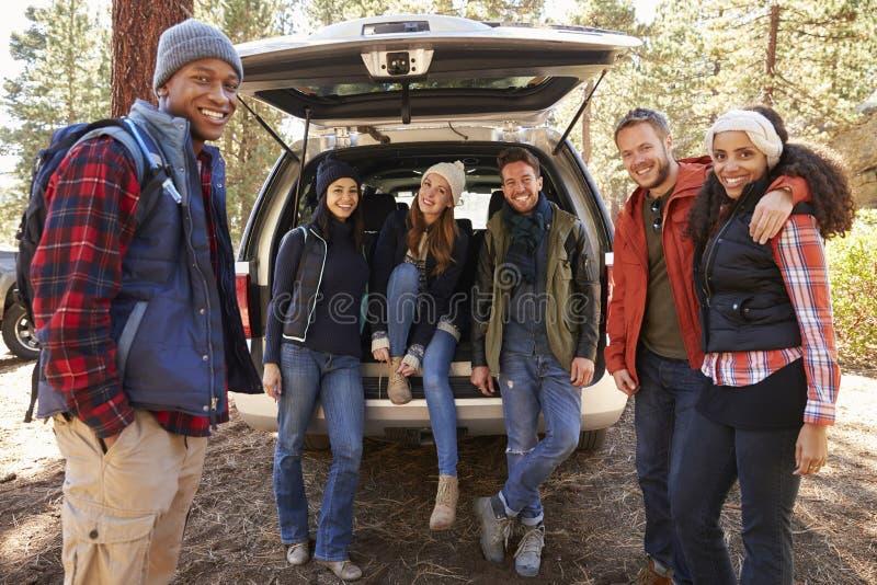 Οι φίλοι στο ανοικτό πίσω μέρος του αυτοκινήτου πριν από ένα πεζοπορώ κοιτάζουν στη κάμερα στοκ φωτογραφίες με δικαίωμα ελεύθερης χρήσης