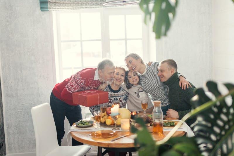 Οι φιλικοί ευτυχείς άνθρωποι αγκαλιάζουν ο ένας τον άλλον στοκ εικόνες με δικαίωμα ελεύθερης χρήσης