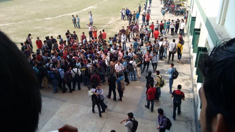 Οι φοιτητές πανεπιστημίου συσσωρεύουν τον όχλο στοκ φωτογραφία με δικαίωμα ελεύθερης χρήσης