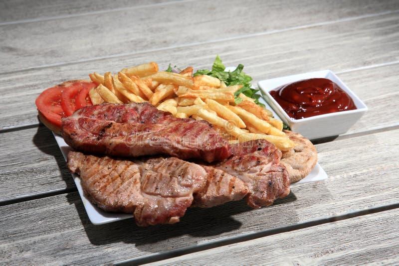 Μπριζόλα χοιρινού κρέατος σε ένα πιάτο στοκ εικόνες με δικαίωμα ελεύθερης χρήσης