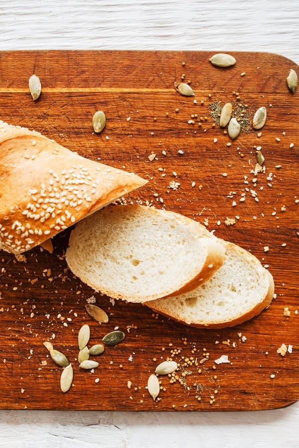 Οι φρέσκες φέτες ψωμιού στο τέμνον επίπεδο πινάκων βρέθηκαν στοκ φωτογραφίες