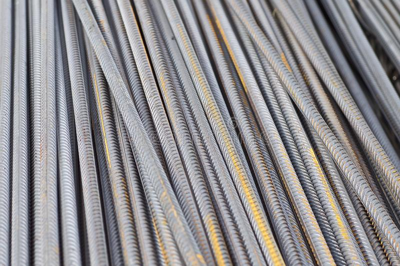 Οι φραγμοί ενίσχυσης με ένα περιοδικό σχεδιάγραμμα στα πακέτα αποθηκεύονται στην αποθήκη εμπορευμάτων προϊόντων μετάλλων στοκ εικόνες