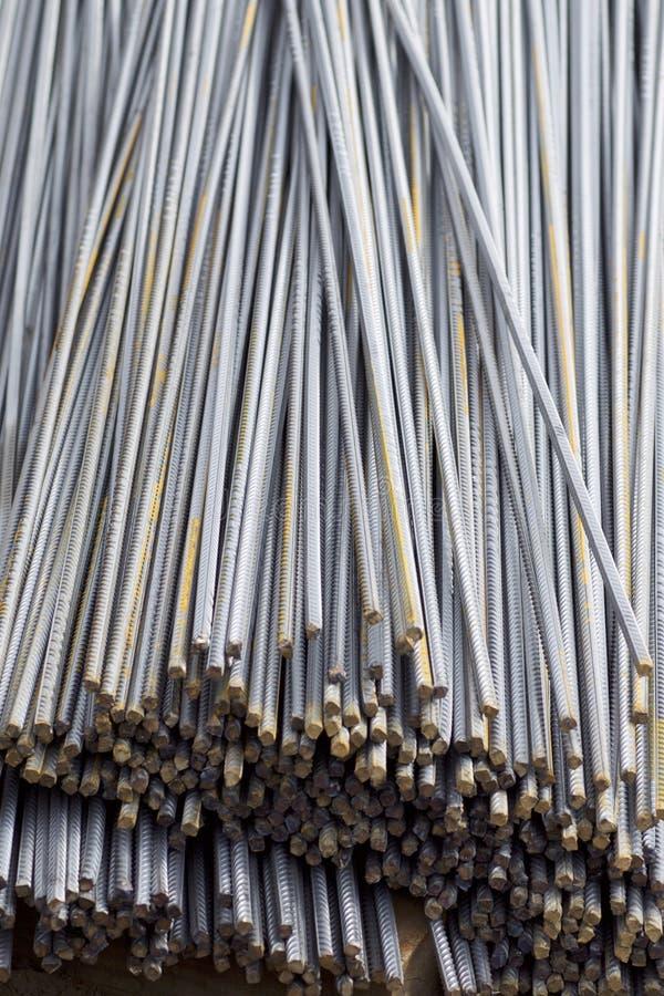 Οι φραγμοί ενίσχυσης με ένα περιοδικό σχεδιάγραμμα στα πακέτα αποθηκεύονται στην αποθήκη εμπορευμάτων προϊόντων μετάλλων στοκ φωτογραφίες