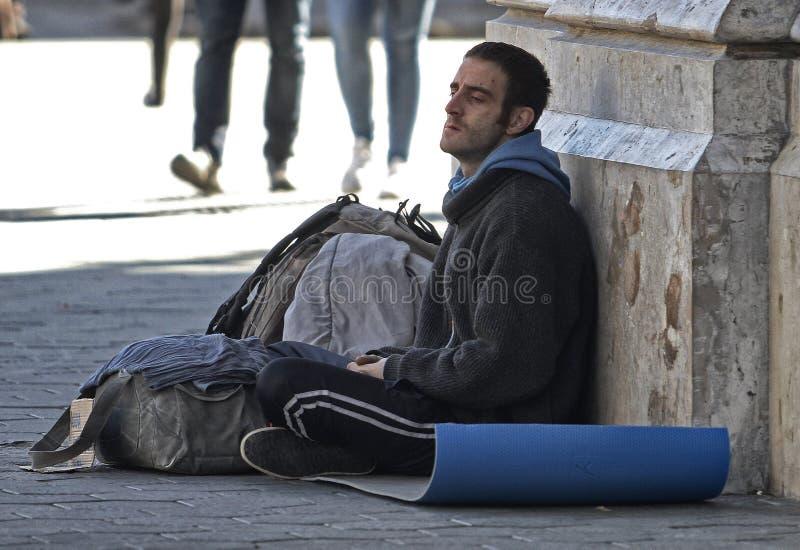 Οι φτωχοί άνθρωποι ζητούν τα χρήματα σε μια εμπορική οδό στη Βαρκελώνη στοκ φωτογραφία