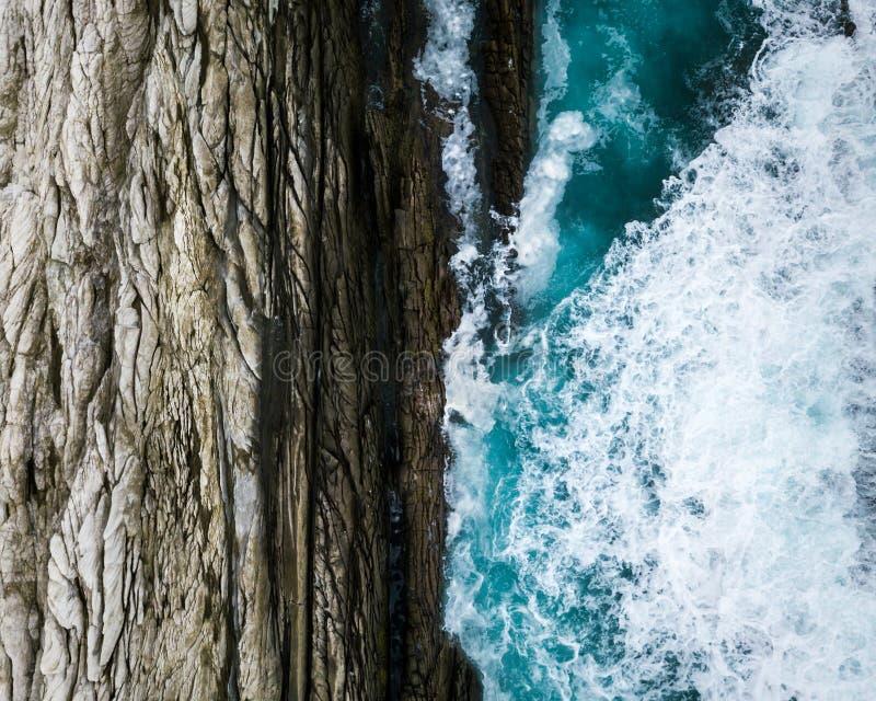 Οι φύσεις αντιπαραβάλλουν όπου ο ωκεανός συναντά τους βράχους στοκ εικόνες με δικαίωμα ελεύθερης χρήσης