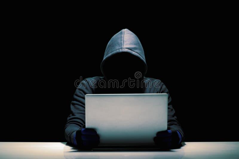 Οι χάκερ κλέβουν τα στοιχεία υπολογιστών στοκ εικόνες