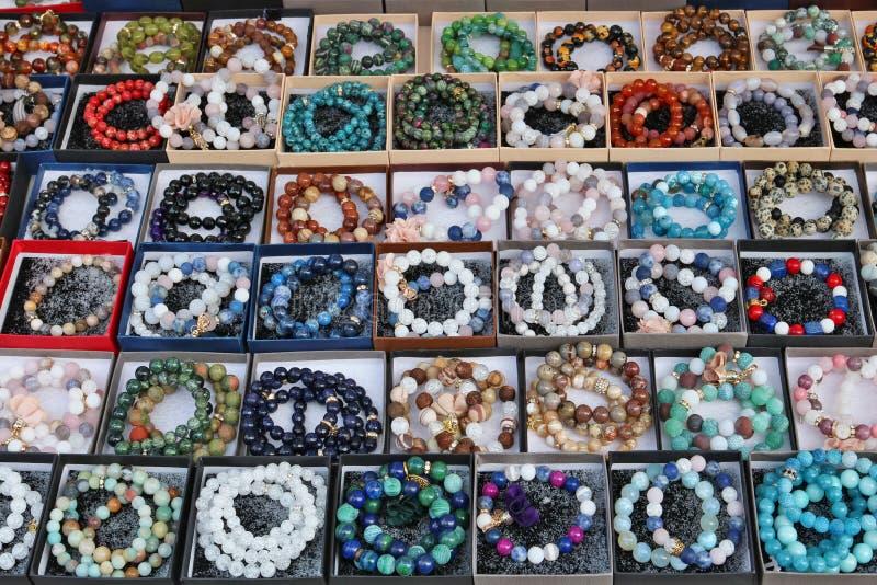 Οι χάντρες και τα βραχιόλια φιαγμένες από στρογγυλές πέτρες και το γυαλί πωλούνται στην οδό στοκ εικόνες με δικαίωμα ελεύθερης χρήσης
