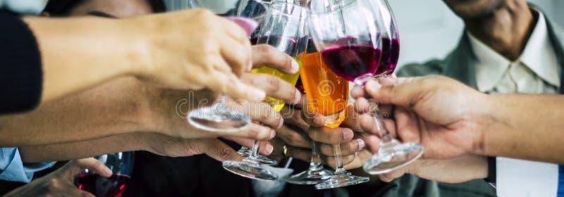 Οι χαμηλοί άγγελοι ομαδοποιούν τη διασκέδαση στο κόμμα στην εργασία, με τη ημέρα των Χριστουγέννων εορτασμού κρασιού γυαλιών κουδ στοκ εικόνες