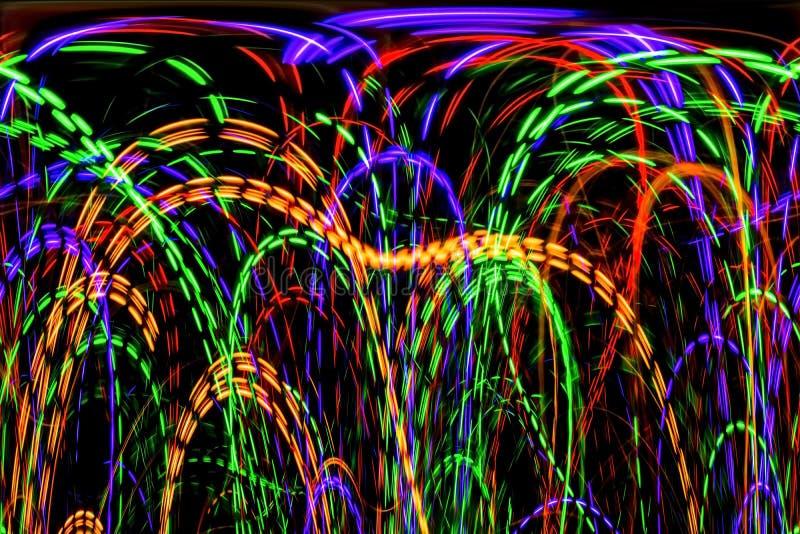 Οι χαοτικές γραμμές φω'των χρώματος στο σκοτεινό υπόβαθρο ελεύθερη απεικόνιση δικαιώματος