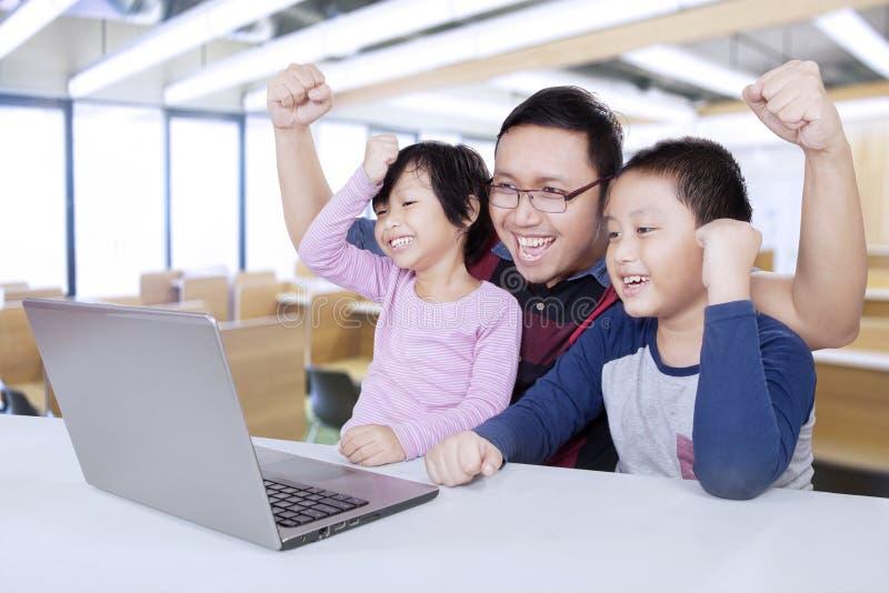 Οι χαρούμενοι σπουδαστές και ο δάσκαλος αυξάνουν παραδίδουν την κατηγορία στοκ εικόνες με δικαίωμα ελεύθερης χρήσης