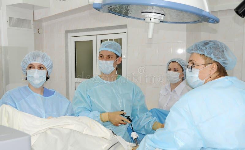 Οι χειρούργοι κάνουν τη λειτουργία στοκ φωτογραφίες