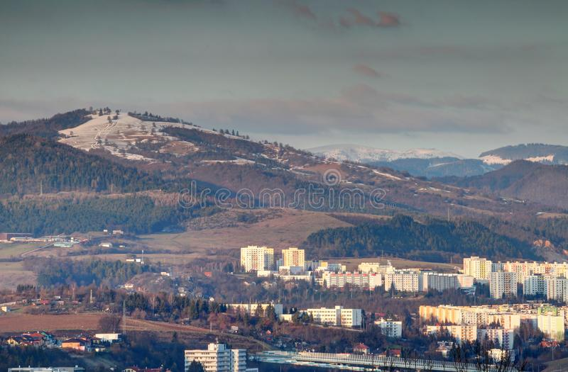 Οι χιονοσκεπείς αιχμές πέρα από τον πύργο Banska Bystrica εμποδίζουν τη Σλοβακία στοκ φωτογραφίες με δικαίωμα ελεύθερης χρήσης